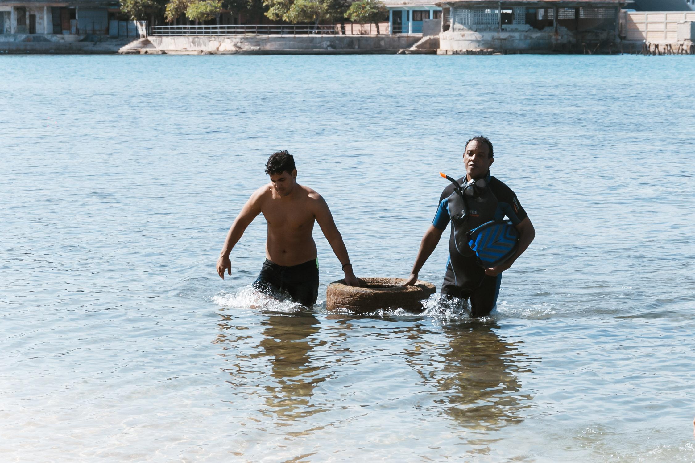 Taucher mit Müll vom Meeresgrund