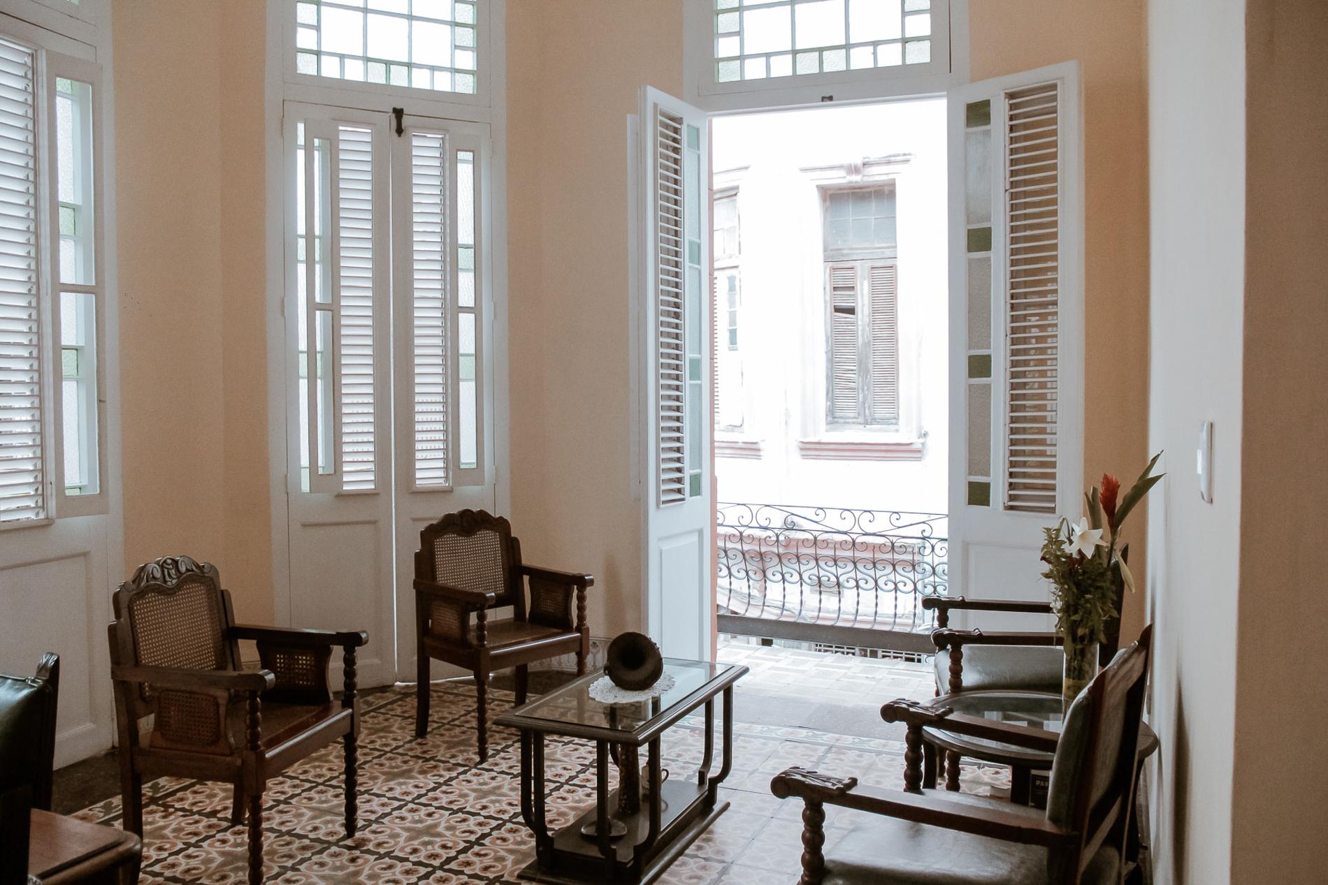 Wohnzimmer mit Balkon im Casa Carmen in Havanna