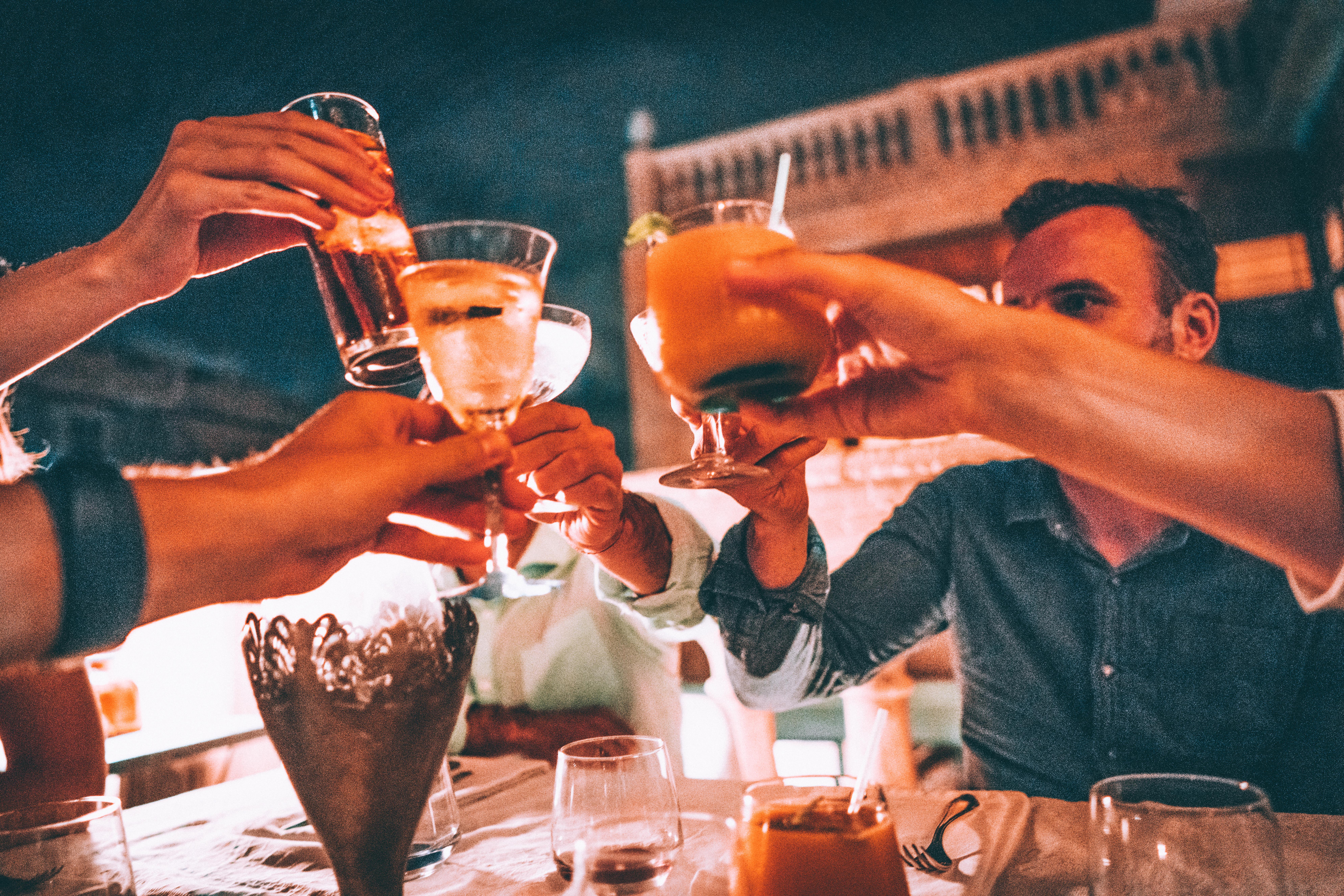 Eine Gruppe stößt mit Cocktails in Kuba an.