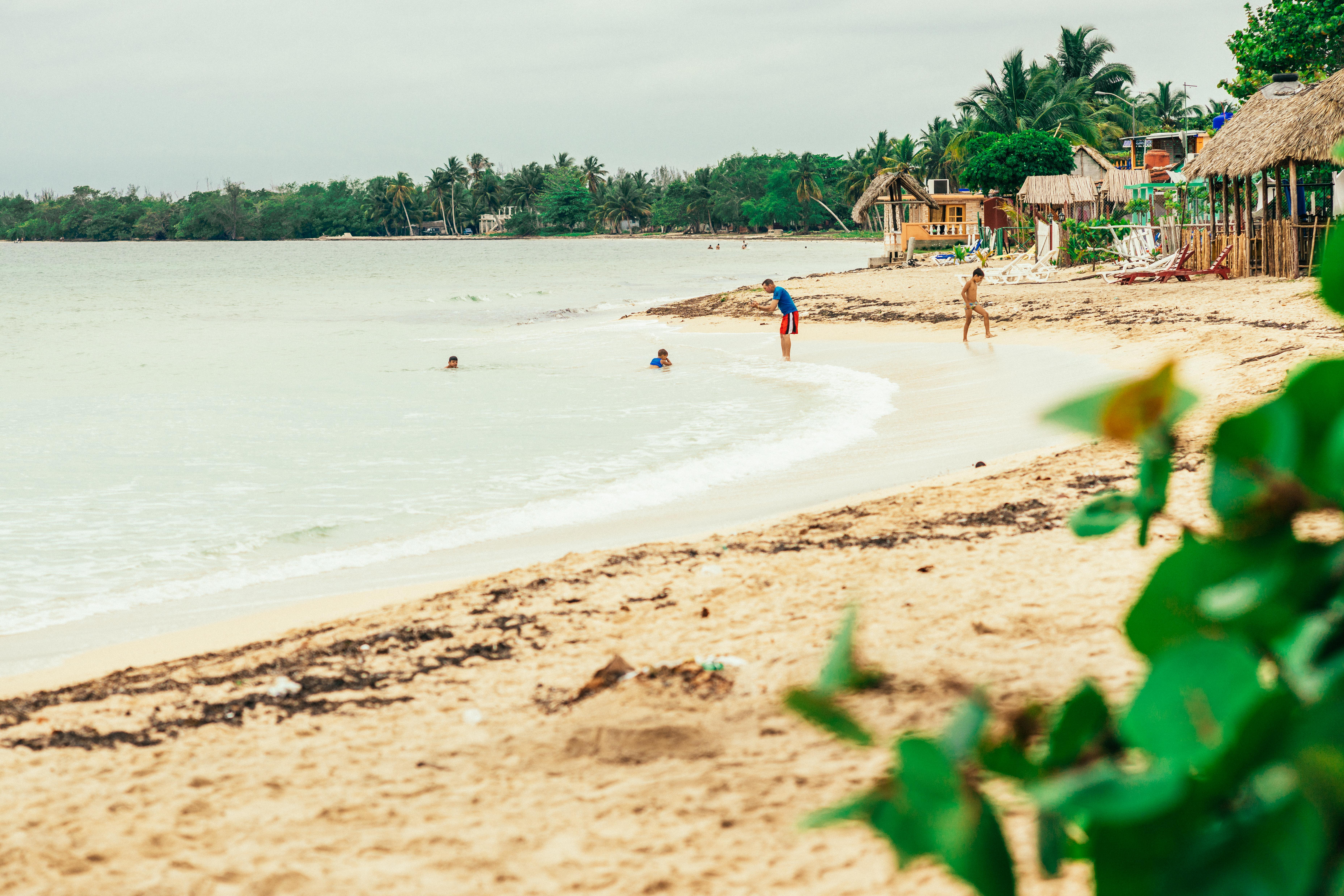 Ein Strand in Kuba an dem sich einige Menschen aufhalten.