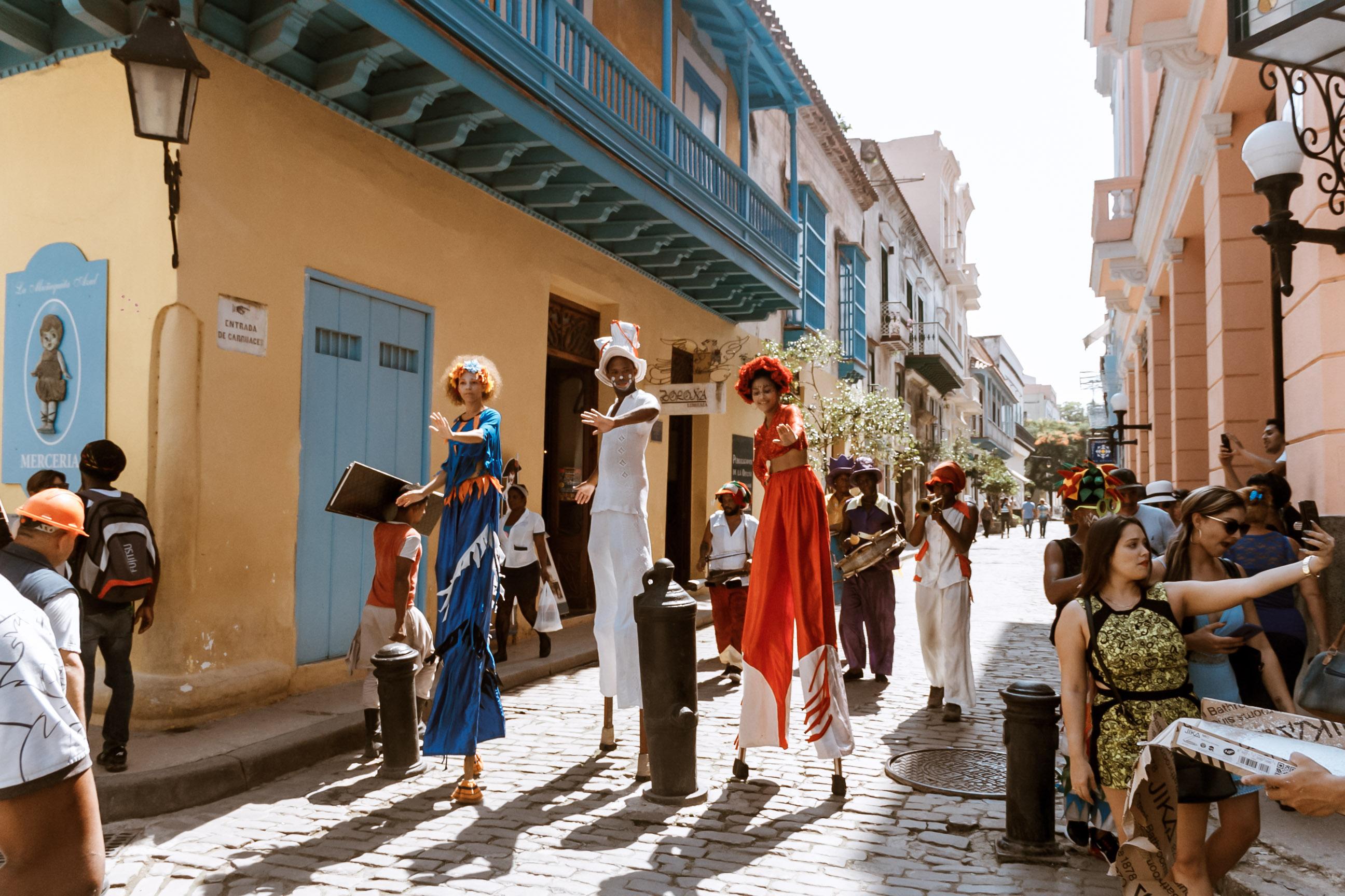 Straßen oller Menschen in Kuba.